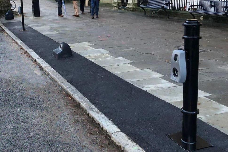 A Londra colonnine di ricarica invisibili. Arrivano gli Armadilli.