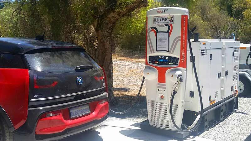 Un charger per veicoli elettrici alimentato da un generatore diesel.