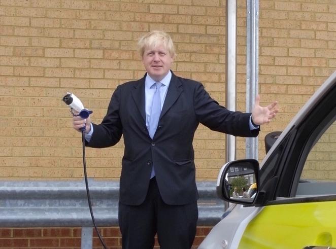 Boris Johnson anticipa il divieto alle auto endotermiche in UK al 2035
