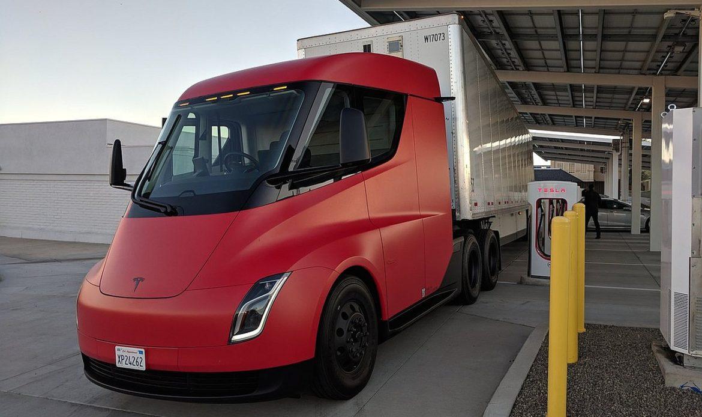 """Semi, il camion elettrico della Tesla, é stato avvistato """"tornare"""" dall'Alaska."""